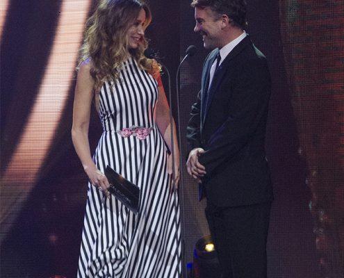 """Alejandra Fosalba y Diego Muñoz, presentadores de los ganadores de """"Mejor Actor y Actriz de Soporte en """"Categoría Teleseries"""""""