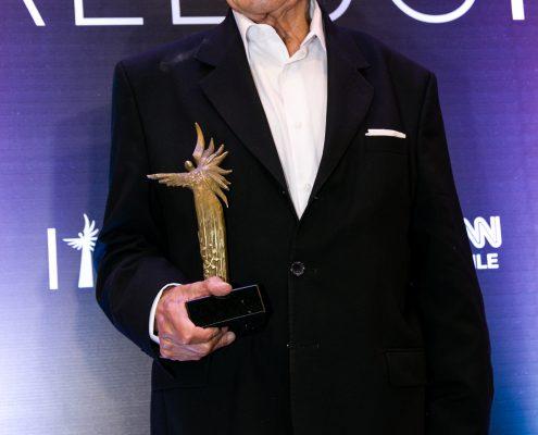 """Homenajeado por mujeres fundamentales en los inicios de Chileactores, Luis Alarcón recibió entre aplausos el merecido """"Premio a la Trayectoria""""."""